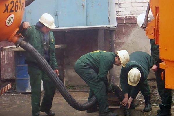 Процесс откачки канализации