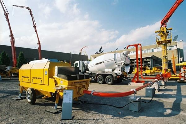 стационарный бетононасос с шлангом подачи